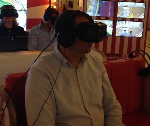 Oculus marka VR başlığını denerken